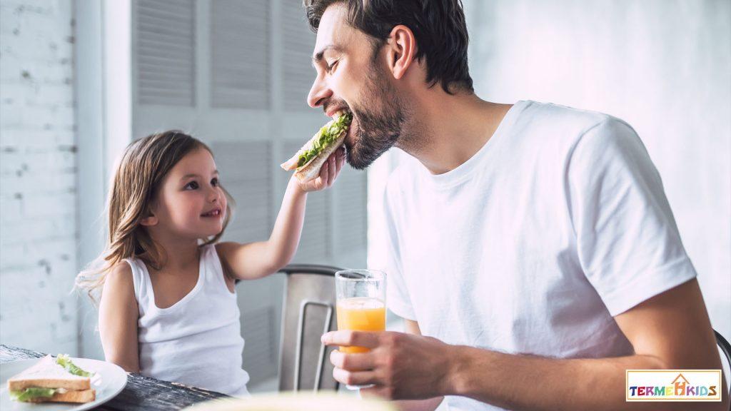 همراه با کودکان خود صبحانه بخورید